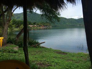 Vista de la laguna de Santa María del oro desde la orilla.