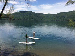 Corina y yo practicando el surf de remo en la laguna de Santa María del Oro