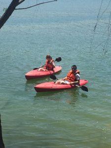 Dos personas sobre kayaks en la laguna de Santa María del Oro