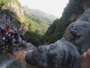 Vista de la espera para el rapel desde lo alto de la cascada