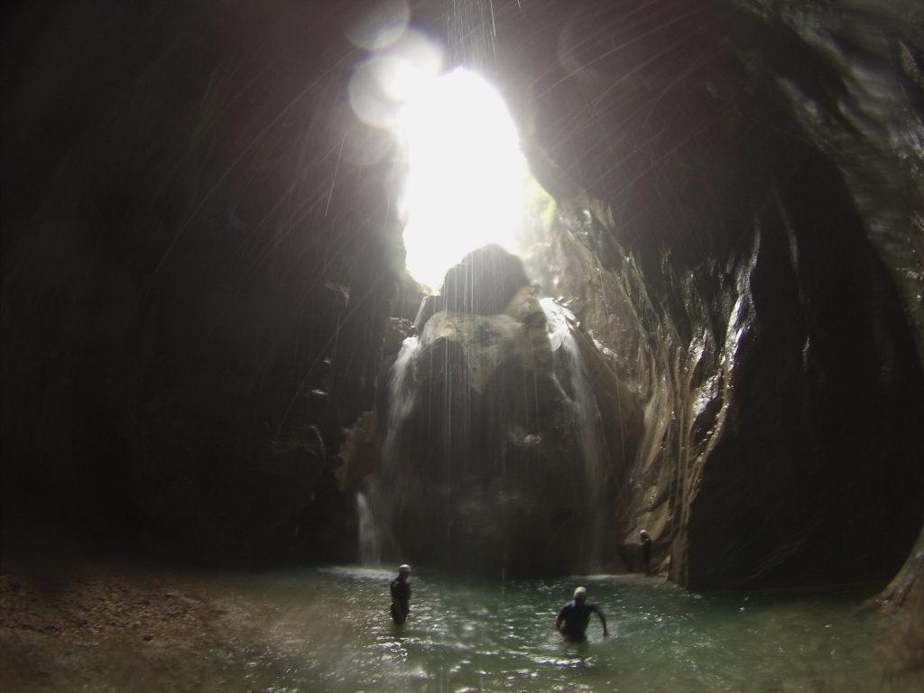 La vista desde abajo del rapel, ya dentro de una gran caverna.
